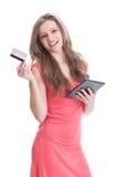 Όμορφος και νέο κορίτσι που αγοράζει τη σε απευθείας σύνδεση χρησιμοποιώντας κάρτα Στοκ Φωτογραφία