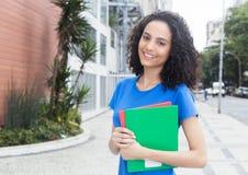 Όμορφος καραϊβικός σπουδαστής με τα βιβλία στην πόλη Στοκ φωτογραφίες με δικαίωμα ελεύθερης χρήσης
