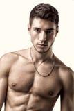 Όμορφος, κατάλληλος νεαρός άνδρας στο εσώρουχο που απομονώνεται επάνω στοκ φωτογραφίες με δικαίωμα ελεύθερης χρήσης
