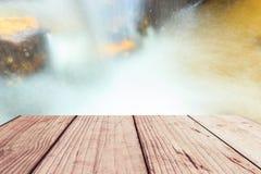 Όμορφος καταρράκτης κινηματογραφήσεων σε πρώτο πλάνο στη βαθιά δασική και ξύλινη αποβάθρα Στοκ Εικόνες