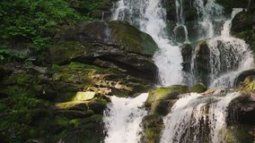 Όμορφος καταρράκτης στα βουνά με το κρύσταλλο - καθαρίστε το νερό Πυροβολισμός κλίσης απόθεμα βίντεο