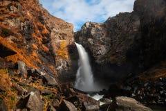 Όμορφος καταρράκτης στα βουνά Altai, Σιβηρία, Ρωσία στοκ εικόνα με δικαίωμα ελεύθερης χρήσης