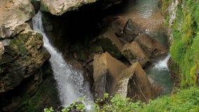 Καταρράκτης σε ένα υγρό τροπικό δασικό θυελλώδες ρεύμα ενός ποταμού βουνών Όμορφος καταρράκτης στο δασικό καθαρό νερό απόθεμα βίντεο