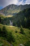 Όμορφος καταρράκτης στο τοπίο των πράσινων βουνών στη Ρουμανία Στοκ εικόνα με δικαίωμα ελεύθερης χρήσης