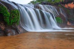 Όμορφος καταρράκτης στο τροπικό δάσος στην Ταϊλάνδη Στοκ φωτογραφία με δικαίωμα ελεύθερης χρήσης