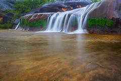 Όμορφος καταρράκτης στο τροπικό δάσος στην Ταϊλάνδη Στοκ Εικόνα