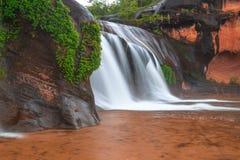 Όμορφος καταρράκτης στο τροπικό δάσος στην Ταϊλάνδη Στοκ Φωτογραφίες