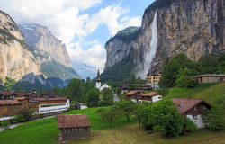 Όμορφος καταρράκτης Staubbachfall που ρέει κάτω από τη γραφικά κοιλάδα Lauterbrunnen και το χωριό στο καντόνιο της Βέρνης, Ελβετί Στοκ φωτογραφία με δικαίωμα ελεύθερης χρήσης
