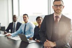Όμορφος καυκάσιος ανώτερος υπάλληλος με τρεις υπαλλήλους στοκ φωτογραφία