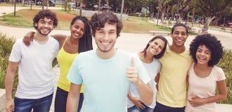 Όμορφος καυκάσιος νέος ενήλικος με την ομάδα φίλων στο αναδρομικό lo στοκ εικόνες με δικαίωμα ελεύθερης χρήσης