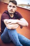Όμορφος καυκάσιος νεαρός άνδρας στα περιστασιακά ενδύματα στο αστικό environm στοκ φωτογραφίες