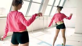 Όμορφος καυκάσιος όγκος μέσης μέτρων brunette μπροστά από τον καθρέφτη απόθεμα βίντεο