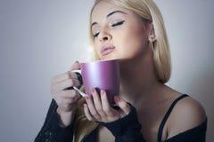Όμορφος καφές κατανάλωσης γυναικών. Φλυτζάνι του τσαγιού. Εύγευστος Στοκ Φωτογραφίες