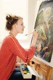 Όμορφος καλλιτέχνης γυναικών που σύρει την εικόνα της Στοκ φωτογραφίες με δικαίωμα ελεύθερης χρήσης