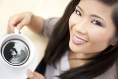 Όμορφος κινεζικός ασιατικός καφές τσαγιού κατανάλωσης γυναικών Στοκ εικόνες με δικαίωμα ελεύθερης χρήσης