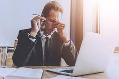 Όμορφος κουρασμένος έξυπνος επιχειρηματίας στο επίσημο κοστούμι Στοκ εικόνες με δικαίωμα ελεύθερης χρήσης