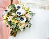 όμορφος κρατημένος νύφη γάμ&omi στοκ φωτογραφίες