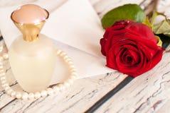 Όμορφος κόκκινος αυξήθηκε σειρά της ημέρας βαλεντίνων ` s αγάπης φακέλων μπουκαλιών και επιστολών αρώματος μαργαριταριών Στοκ Εικόνα
