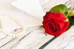 όμορφος κόκκινος αυξήθηκε σειρά των μαργαριταριών και της ημέρας βαλεντίνων ` s αγάπης φακέλων επιστολών Στοκ Εικόνες