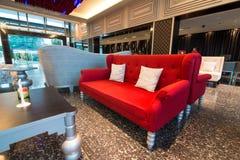 Όμορφος κόκκινος καναπές και εκλεκτής ποιότητας πίνακας στην υποδοχή Στοκ εικόνες με δικαίωμα ελεύθερης χρήσης