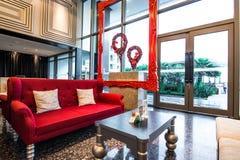 Όμορφος κόκκινος καναπές και εκλεκτής ποιότητας πίνακας στην υποδοχή Στοκ Εικόνες