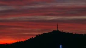 Όμορφος κόκκινος ουρανός με τα σύννεφα μετά από το ηλιοβασίλεμα timelapse στη Βαρκελώνη, Ισπανία απόθεμα βίντεο