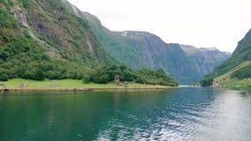 Όμορφος κόλπος των νορβηγικών φιορδ με το κρύσταλλο - καθαρίστε το νερό απόθεμα βίντεο