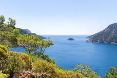 Όμορφος κόλπος θάλασσας με το μπλε νερό και τα πεύκα Στοκ Εικόνα