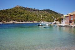 Όμορφος κόλπος του χωριού Assos και όμορφος κόλπος θάλασσας, Kefalonia, Ελλάδα Στοκ φωτογραφίες με δικαίωμα ελεύθερης χρήσης
