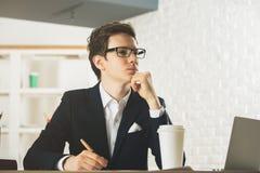 Όμορφος κύριος που κάνει τη γραφική εργασία Στοκ Εικόνες