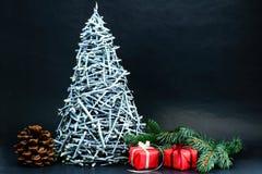 Όμορφος λίγο χριστουγεννιάτικο δέντρο που γίνεται με τα ασημένια ραβδιά με την καρφίτσα Στοκ Φωτογραφία