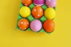 όμορφος λεκές διακοπών αυγών Πάσχας ανασκόπησης Αυγά Πάσχας σε έναν δίσκο για τα αυγά Αυγά σε μια στάση Κίτρινη ανασκόπηση Στοκ φωτογραφία με δικαίωμα ελεύθερης χρήσης