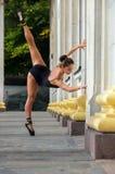 Όμορφος λεπτός χορευτής αθλητριών σε ένα μαύρο κοστούμι και pointe στοκ εικόνες με δικαίωμα ελεύθερης χρήσης