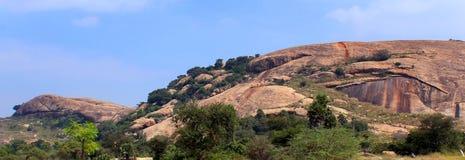 Όμορφος λόφος βράχου του sittanavasal ναού σπηλιών σύνθετου στοκ φωτογραφίες