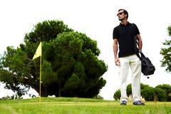 Όμορφος μαυρισμένος τύπος στο γήπεδο του γκολφ Στοκ Εικόνες