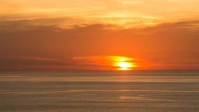Όμορφος μαλακός πορτοκαλής ουρανός θαμπάδων επάνω από τη θάλασσα Ηλιοβασίλεμα στο υπόβαθρο Αφηρημένος πορτοκαλής ουρανός Δραματικ Στοκ εικόνα με δικαίωμα ελεύθερης χρήσης