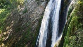 Όμορφος μεγάλος καταρράκτης μια καυτή ημέρα στην Ιταλία Μια πτώση του νερού σε ένα πάρκο άγριας φύσης απόθεμα βίντεο