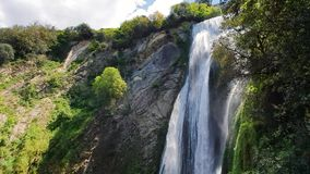 Όμορφος μεγάλος καταρράκτης μια καυτή ημέρα στην Ιταλία Μια πτώση του νερού σε ένα πάρκο άγριας φύσης φιλμ μικρού μήκους