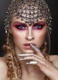 Όμορφος με το επαγγελματικό χρώμα makeup και το εξάρτημα από το hauberk στο κεφάλι στοκ εικόνα
