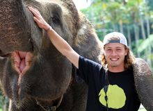 Όμορφος μοναδικός ελέφαντας με τον τουρίστα ατόμων σε μια επιφύλαξη συντήρησης ελεφάντων στο Μπαλί Ινδονησία στοκ εικόνα με δικαίωμα ελεύθερης χρήσης