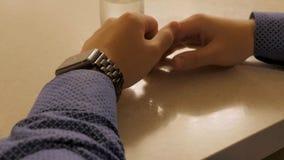 Όμορφος μοντέρνος αρσενικός χρόνος διαχείρισης στο ηλεκτρονικό ρολόι Νεαρός άνδρας που ελέγχει το σύγχρονο ρολόι καρπών Στοκ Φωτογραφίες