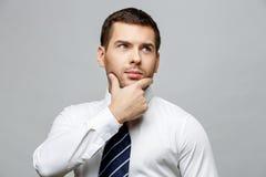 Όμορφος μοντέρνος επιχειρηματίας στο γκρίζο υπόβαθρο Στοκ Φωτογραφίες