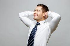 Όμορφος μοντέρνος επιχειρηματίας στο γκρίζο υπόβαθρο Στοκ Φωτογραφία