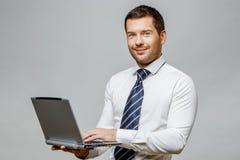 Όμορφος μοντέρνος επιχειρηματίας στο γκρίζο υπόβαθρο Στοκ Εικόνα