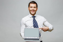 Όμορφος μοντέρνος επιχειρηματίας στο γκρίζο υπόβαθρο Στοκ εικόνα με δικαίωμα ελεύθερης χρήσης