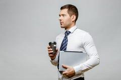 Όμορφος μοντέρνος επιχειρηματίας στο γκρίζο υπόβαθρο Στοκ εικόνες με δικαίωμα ελεύθερης χρήσης