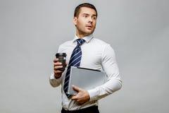 Όμορφος μοντέρνος επιχειρηματίας στο γκρίζο υπόβαθρο Στοκ φωτογραφία με δικαίωμα ελεύθερης χρήσης