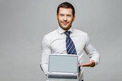 Όμορφος μοντέρνος επιχειρηματίας στο γκρίζο υπόβαθρο Στοκ Εικόνες