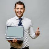 Όμορφος μοντέρνος επιχειρηματίας στο γκρίζο υπόβαθρο Στοκ φωτογραφίες με δικαίωμα ελεύθερης χρήσης