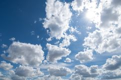 Όμορφος μπλε ουρανός και άσπρα σύννεφα στοκ εικόνα